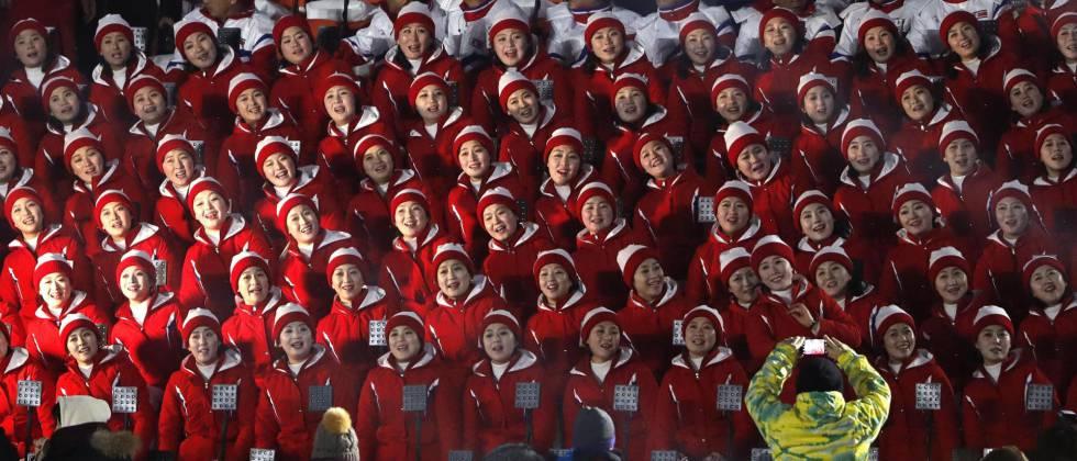 El coro de Corea del Norte en las gradas del estadio olímpico de PyeongChang momentos antes de la ceremonia de inauguración de los Juegos Olímpicos de Invierno, el 9 de febrero de 2018.