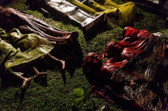 """Corpos de refugiados Rohingya cobertos no chão após o barco no qual cerca de 100 pessoas fugiam de Myanmar afundar antes de chegar à costa de Bangladesh, em 28 de setembro de 2017. Apenas 17 pessoas sobreviveram. Foto indicada nas categorias """"Foto do Ano"""" e """"Notícias Gerais"""" na World Press Photo, feita pelo fotógrafo Patrick Brown, da Panos Pictures para a Unicef."""