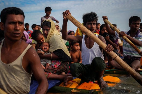 Refugiados cruzam o rio Naf com uma jangada improvisada para chegar a Bangladesh, em 12 de novembro de 2017.