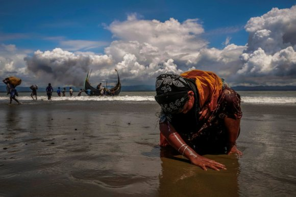 A agência de notícias Reuters ganhou dois prêmios Pulitzer em 2018, um para o relatório especial que revelou as conexões entre o presidente filipino, Rodrigo Duterte, e esquadrões da morte da polícia, e outro para a produção fotográfica sobre a crise do migrantes rohingyas. Na imagem, uma exausta refugiada toca a costa depois de atravessar a fronteira entre Bangladesh e Mianmar de barco pela baía de Bengala, em Shah Porir Dwip (Bangladesh), em 11 de setembro de 2017.