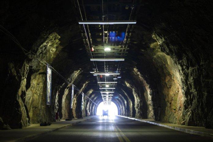 Entrada norte del NORAD en Colorado Springs. El búnker del complejo puede soportar una bomba nuclear de 30 megatones, un pulso electromagnético y ataques químicos, biológicos y radiológicos.