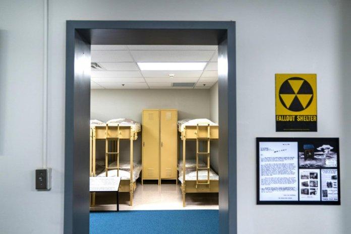 Un dormitorio para legisladores dentro de un búnker nuclear de la Guerra Fría, otrora secreto, construido para miembros del Congreso debajo del Greenbrier. El refugio antibombas, terminado en 1961, incluía suficientes camas y suministros para alojar a los 535 legisladores, así como a un miembro del personal.