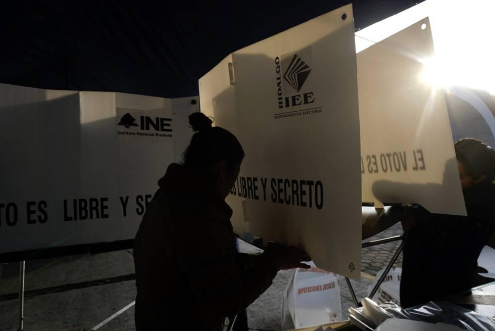 Ciudadanos mexicanos preparan las casillas de votacion durante las primeras horas de la jornada electoral en la comunidad de San Ildefonso, Hidalgo el día 01 de julio de 2018.