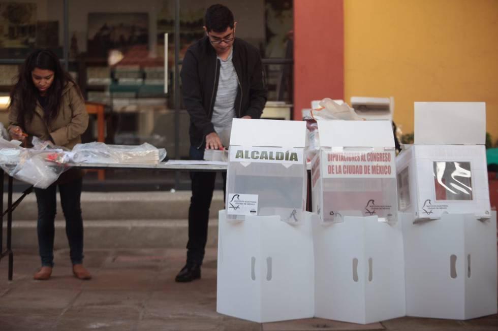 Ciudadanos instalan las casillas electorales preparándose para la jornada de este domingo 01de julio de 2018.
