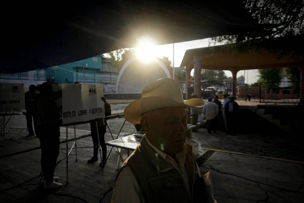 Ciudadanos y funcionarios de casilla preparan una casilla electoral el día 01 de julio de 2018 en el Estado de Hidalgo.
