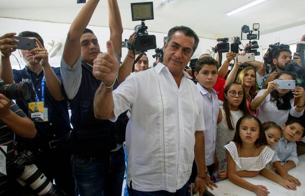 El candidato independiente Jaime Rodríguez saluda a la prensa al momento de emitir su voto en la ciudad de Monterrey.