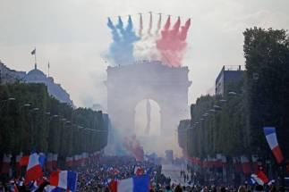 Los colores de la bandera francesa sobre el Arco del Triunfo a la llegada de los jugadores de la selección francesa de fútbol a los Campos Elíseos tras proclamarse campeones del mundo.