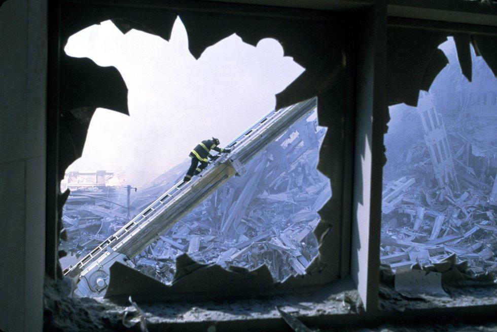 Un bombero trabaja en los escombros de una de las torres gemelas del World Trade Center el día después de los atentados del 11 de septiembre. La imagen procede del vídeo realizado por el fotógrafo de National Geographic Channels International, Steve McCurry.