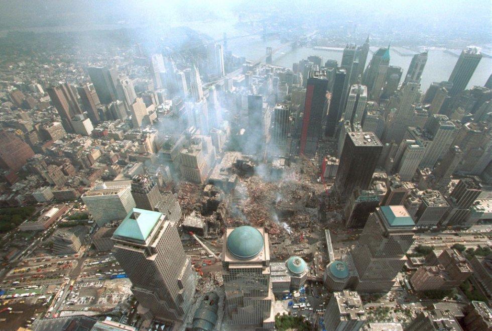 La destrucción afectó a 6,5 hectáreas de terreno que ocupaba el complejo del World Trade Center. Los equipos de rescate trabajaron durante las semanas sucesivas, día y noche, para buscar supervivientes y recuperar los restos de las víctimas. El fuego tardó 99 días en extinguirse. En la imagen, vista aérea de la zona cero, en lo que fue el World Trade Center de Nueva York, 15 días después del ataque terrorista contra las Torres Gemelas.