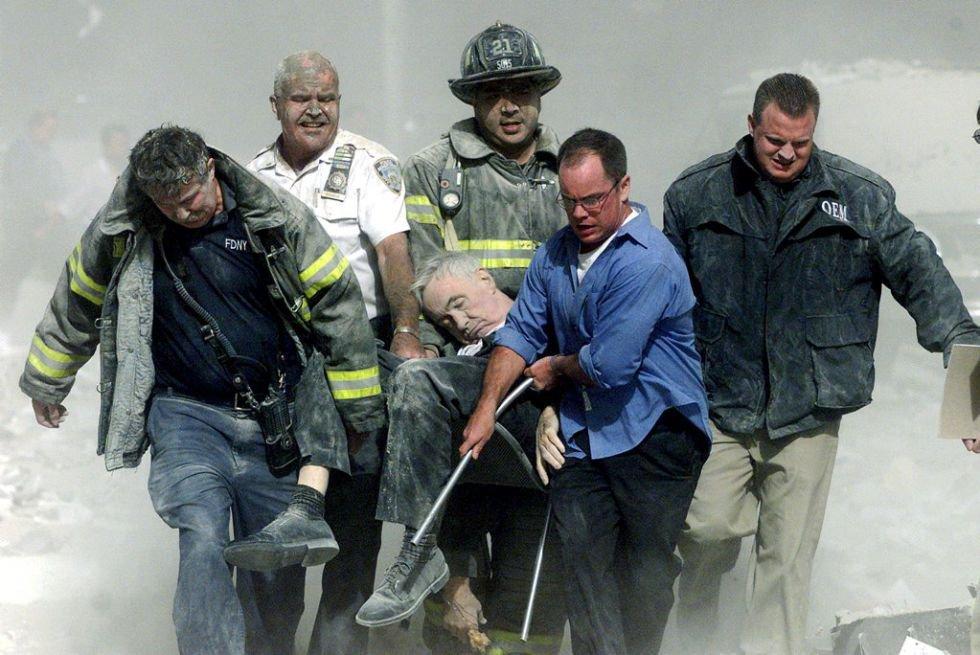 El ataque al World Trade Center de Nueva York, donde trabajaban 40.000 personas, causó la muerte a 3.000 personas e hirió a otras 6.000. En la imagen, personal de rescate transporta a un hombre herido en el atentado.