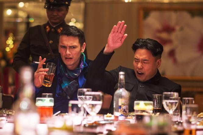 De qué va.  Un presentador y el productor de un programa de televisión consiguen entrevistar a Kim Jong-un, el dictador de Corea del Norte. La CIA les pide que lo asesinen, aunque la pareja no es la mejor candidata posible para hacerlo.    La polémica.  Evan Goldberg y Seth Rogen dirigieron en 2014 una de las tantas polémicas comedias que ruedan, de nuevo, con amiguetes como James Franco. Lo que no se esperaban, ni ellos ni nadie, es que la potente productora Sony sufriera un ciberataque y numerosas amenazas ante su estreno, lo que obligó a la productora a cancelarlo. Fue tal la respuesta del público, que no entendía la bajada de pantalones, incluyendo el apoyo de famosos como Obama, que Sony la lanzó en vídeo. No sin antes, y por primera vez en 25 años por indicación del presidente de la compañía, rehacer la escena del asesinato para que no resultara demasiado sangrienta. Netflix la distribuyó en varios países, excepto en Japón por el miedo a represalias del país vecino. Donde sí está prohibida es en Corea del Norte.