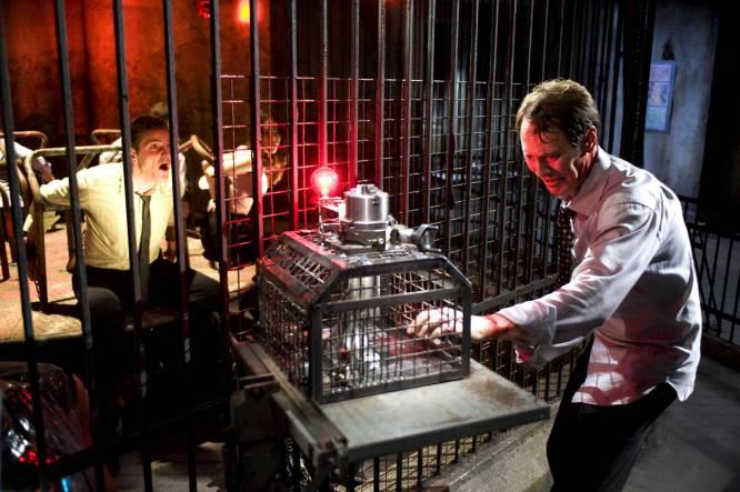 De qué va.  Sexta entrega de la saga de terror en la que sus protagonistas sufren el macabro juego de Jigsaw.    La polémica.  No hubo medias tintas. Para unos es la mejor entrega de la franquicia, para otros, una secuela infumable. Pero en lo que todos se pusieron de acuerdo, además de por la intensa escena sangrienta del carrusel, fue en reprobar que en España, 'Saw VI' (2009), de Kevin Greutert, fuera clasificada X por su extrema violencia, lo que significaba que sólo se podía haber proyectado en cines porno. Así fue como el estreno de 'Saw VI' se pospuso hasta un año después, en 2010, cuando una nueva distribuidora pulió los planos más explícitos. En concreto, los de tres escenas; entre ellas, el de una mujer que se corta el brazo.