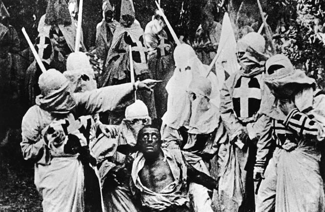 De qué va.  Narración de los hechos más relevantes de la historia de EE UU, desde un punto de vista bastante racista.    La polémica.  Se puede considerar 'El nacimiento de una nación' como el primer 'blockbuster' de la historia y el filme que sentó las bases del cine tal y como lo conocemos. Dividida en dos partes, primero se narra el enfrentamiento entre dos familias durante y tras la guerra civil y, después, la reconstrucción con la abolición de la esclavitud. Pero el director, D.W. Griffith, fue tan pionero en lo suyo como racista, y esta adaptación de la novela 'The Clansman', de Thomas Dixon (con actores blancos con la cara pintada de negro), acaba siendo un homenaje al Ku Klux Klan, promoviendo la supremacía blanca y demonizando a los negros (especialmente a los mulatos). Tras la película, de hecho, el Ku Klux Klan resurgió en EE UU.