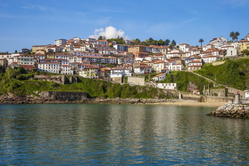 "The history of this town is closely linked to the sea. Its history as a whaling town stretches back to the 16th century, and it also features ""hanging houses"" on its cliff face. More information: turismoasturias.es"