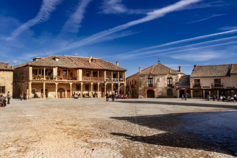 Around 40 kilometers north of Segovia, Pedraza is a medieval settlement that attracts thousands of tourists every year thanks to its well-preserved architecture. The castle and the jail, in the Puerta de la Villa, are two of its must-see attractions. More information: pedraza.info
