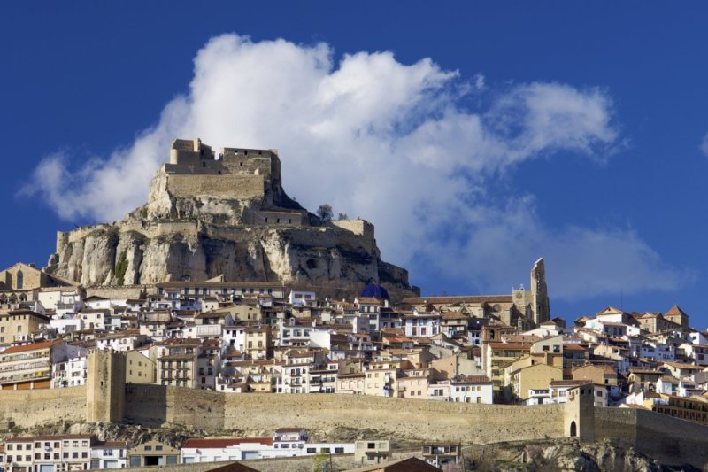 As you approach Morella, its strategic position becomes clear, as it sits at an elevation of almost 1,000 meters. Its imposing military fort, which was built using the surrounding rock, includes 16 towers, six gates, and nearly two kilometers of walls. More information: morellaturistica.com