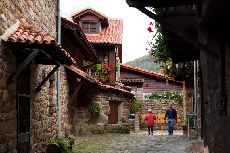 Located within the natural park of Saja-Besaya, Bárcena Mayor is one of the oldest villages in Cantabria. The town preserves its traditional mountain architecture, with two-story homes, large doors and wooden balconies filled with flowers. There is also a 17th-century church and a 16th-century bridge. More information: turismodecantabria.com