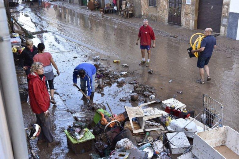 Una calle de la localidad de Sant Llorenç des Cardassar (Mallorca) tras las fuertes lluvias en la isla, que han causado la muerte de, al menos, 10 personas.