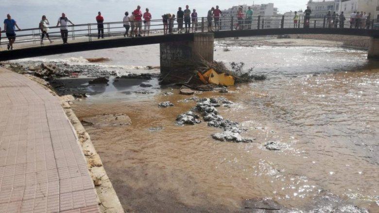 Peatones observan los destrozos provocados por las inundaciones y el desbordamiento de torrentes en Sant Llorenç.