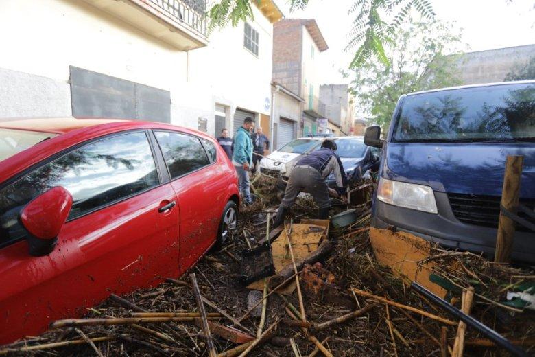 Coches destrozados en Sant Llorenç (Mallorca)  tras las intensas lluvias.rnrnrn