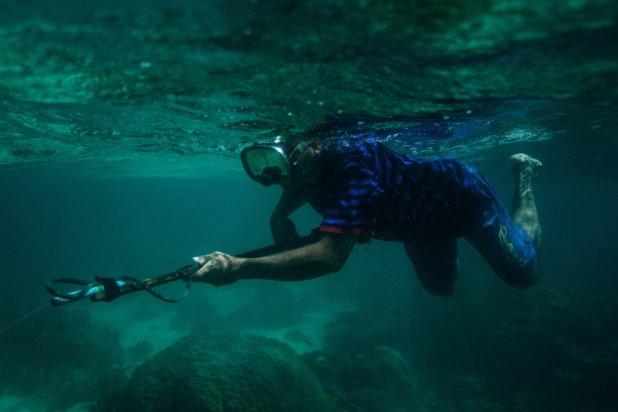 Un habitante de Taytay practica la pesca submarina fuera del área marina protegida, una zona donde la prohibición de la pesca es totalrn