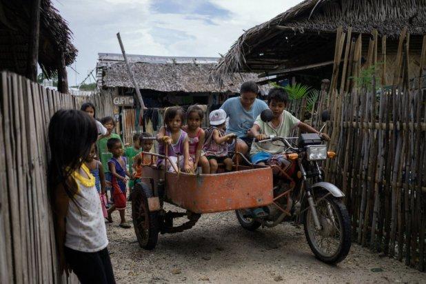 Unos niños juegan en una aldea del municipio de Taytay. La provincia a la cual pertenece, Palawan, todavía tiene un índice de desarrollo inferior a la media nacional.