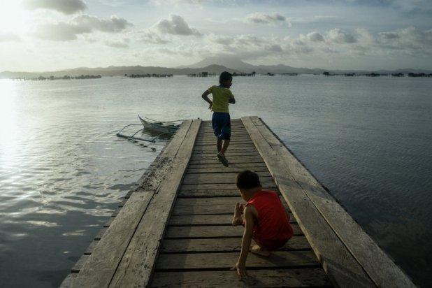 Unos niños juegan en un espigón. El 43% de la población de la isla tiene menos de 15 años.