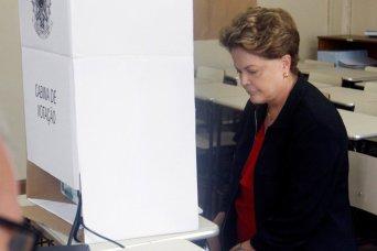 La expresidenta brasileña Dilma Rousseff vota en un colegio electoral en la ciudad de Belo Horizonte, en el estado de Minas Gerais.