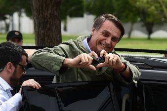 El candidato a la presidencia de Brasil del PSL, Jair Bolsonaro, realiza un gesto a sus partidarios después de votar en Río de Janeiro.rn