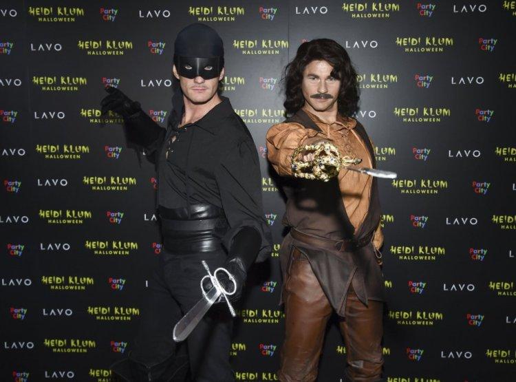 El actor Neil Patrick Harris y, a la derecha, su marido David Burtka, disfrazados de los dos protagonistas de 'La princesa prometida'