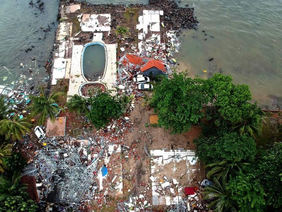 Vista aérea de una zona residencial destruida tras el tsunami en Carita (Indonesia).
