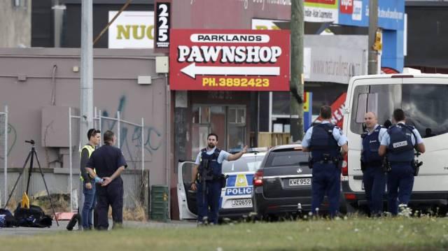 En una de las mezquitas había reunidas entre 300 y 500 personas, según algunos testigos. En la imagen, agentes de la policía vigilan el exterior de la mezquita de Linwood, en Christchurch, tras el ataque.