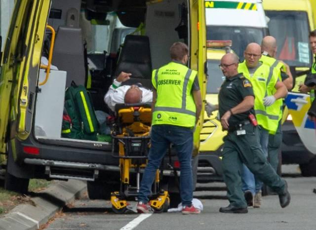 Hacia la mezquita se dirigían varios miembros del equipo de cricket de Bangladesh, justo cuando se produjeron los primeros disparos. Este sábado tenían previsto disputar un encuentro contra Nueva Zelanda que ha sido cancelado tras el ataque. En la imagen, un herido es trasladado en una ambulancia tras el tiroteo.