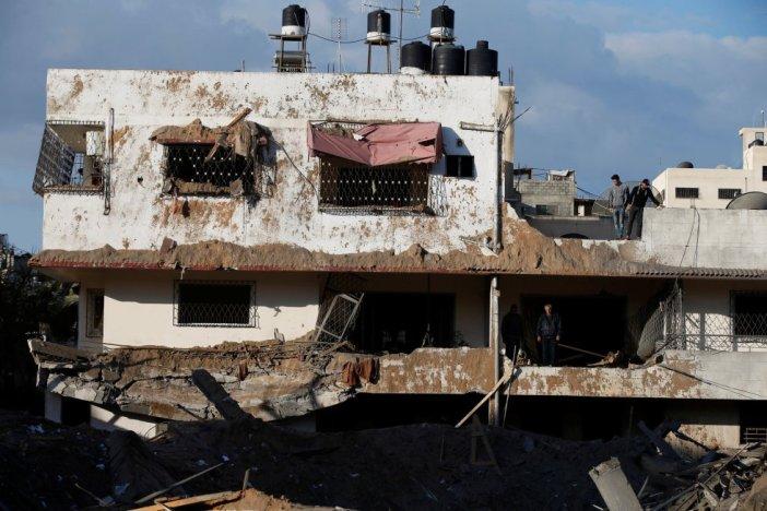 Uno de los ataques alcanzó la oficina del líder de Hamás, Ismail Haniyé, en el norte de la Franja así como un edificio que servía de oficina para reuniones militares y como cuartel general de las fuerzas de seguridad interior de Hamás.