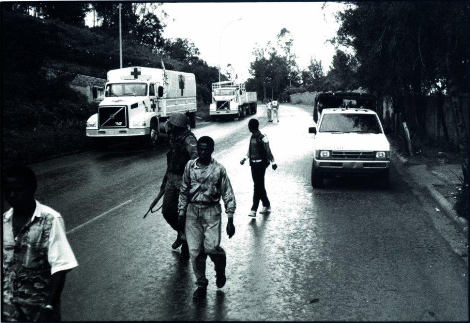 Abril de 1994. Salida al aeropuerto de Kigali de los primeros equipos del Comité Internacional de la Cruz Roja y de Médicos Sin Fronteras, evacuados después de tres semanas de misión médica en la capital ruandesa. Este 7 de abril se cumplen 25 años de una matanza que costó la vida a 800.000 personas en diez días. Esta serie histórica del archivo de MSF, con fotos de Sebastião Salgado hasta hoy inéditas, documenta los esfuerzos por asistir a una población desprotegida en los momentos más críticos del exterminio. rn