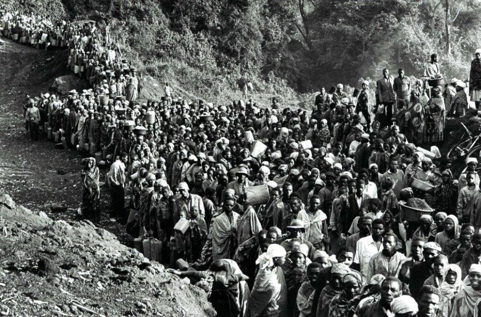 En julio de 1994, entre 600.000 y 1.000.000 refugiados ruandeses llegaron a las regiones de Goma y Bukavu en el Kivu del antiguo Zaire. En Goma, los refugiados se dividen principalmente en tres campamentos: Kibumba, Katale y Mugumga. Con calor, falta de agua, alimentos y el brote simultáneo de una epidemia de cólera y disentería, decenas de miles de refugiados encontraron la muerte.