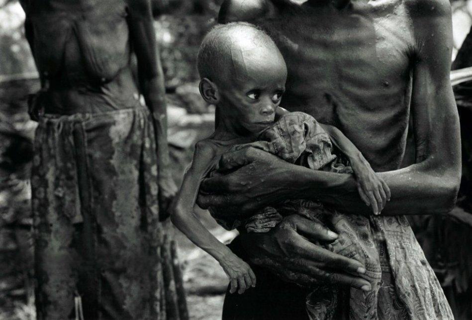 Diciembre 1996. En el pueblo de Biaro, la Cruz Roja de Zaire está presente (traída por los rebeldes de Kabila, que quieren asegurarse de que los cuerpos sean enterrados lo más rápido posible, por temor a la epidemia de tifus) hacen un recuento de todos los huérfanos: más de 1000 niños. Están alineados a lo largo de las vías del tren. Son hijos de refugiados hutus.