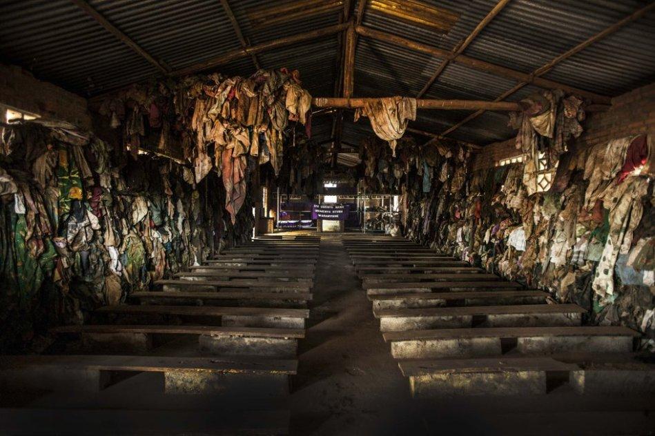 Miles de personas trataron de refugiarse en las iglesias a las que iban a rezar cada domingo. Solo en el templo de Ntarama 5.000 personas fueron aniquiladas la mañana del lunes 11 de abril. Esta foto y la siguiente muestran el resultado de esa masacre.