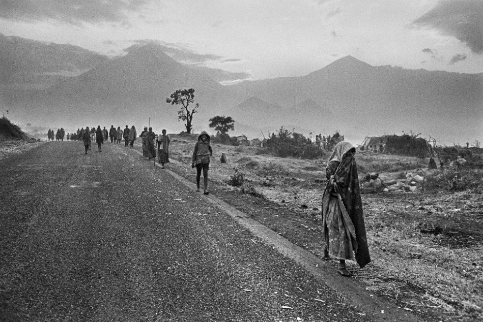 rnrnEl puesto fronterizo de Goma recibe miles de refugiados hutus que pasan a Zaire huyendo de las tropas del Frente Patriótico Ruandés. En esta ciudad a orillas del lago Kivu murieron decenas de miles de ellos de cólera.rn