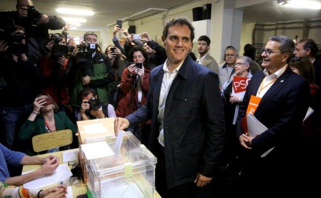 El líder de Ciudadanos, Albert Rivera, ejerce su derecho al voto este domingo en un colegio electoral de L'Hospitalet (Barcelona).