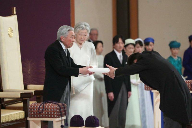 Más de 300 personas participan en esta ceremonia: miembros de la familia imperial, del Gobierno y del Parlamento, de la magistratura, además de autoridades locales. En la imagen, el emperador japonés Akihito, acompañado de la emperatriz Michiko, en su ceremonia de abdicación este martes en Tokio.