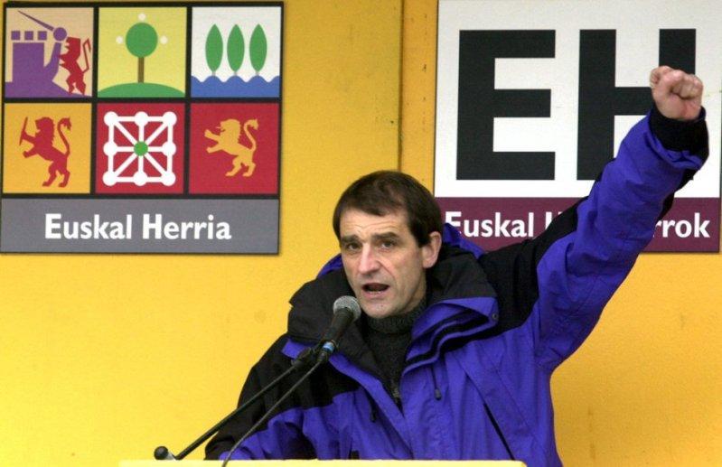 El candidato de Euskal Herritarrok por Vizcaya, José Antonio Urrutikoetxea, 'Josu Ternera' levanta el puño en un acto político en Sodupe (Vizcaya), el 6 de mayo de 2001.