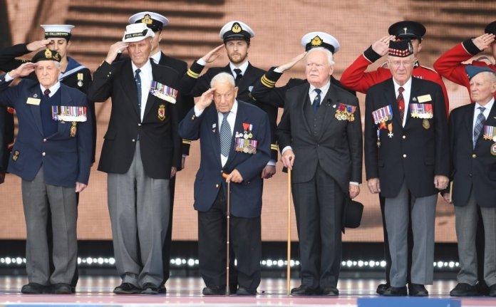 Alrededor de 300 veteranos de la Segunda Guerra Mundial han sido homenajeados en el evento de Portsmouth este miércoles.
