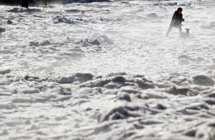 Una mujer y su perro caminan por una calle cubierta de hielo en Guadalajara (México).