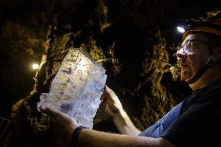 José Ángel Solanilla, engenheiro de minas da Tecmisa SL, mostra uma placa de gesso encontrada na Mina Rica. A magnitude e a forma dos cristais de gesso, alguns dos quais atingem dois metros, impressionam pela estética e pela capacidade da natureza de projetar essas formas com a fórmula simples de água, minerais e tempo.