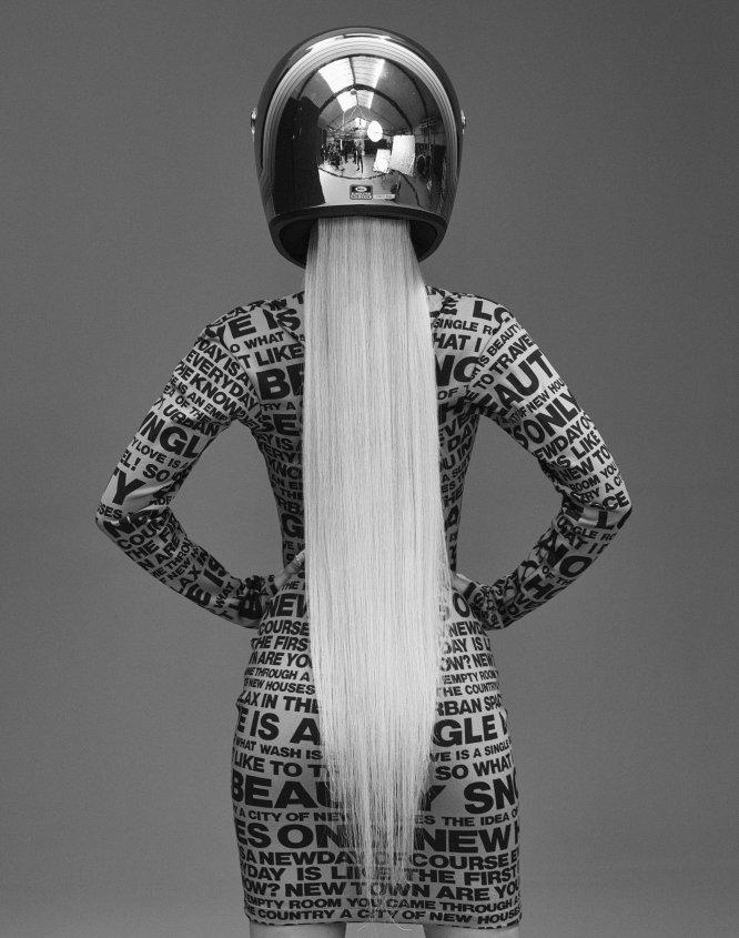 Alba Farelo, más conocida como Bad Gyal, con vestido tipo jersey estampado de Irié.