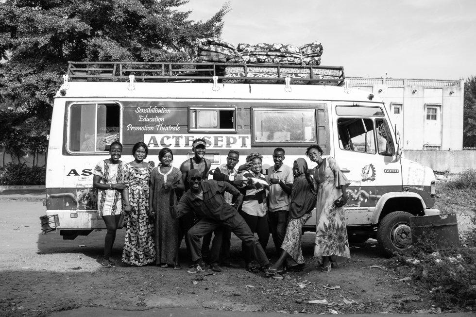 La compañía de teatro Côte Court Ars Formations fue creada en 2011 en Bamako. Dirigida por la dramaturga y activista maliense Mama Koné, busca educar, transformar y dar visibilidad a las mujeres a través de la narrativa teatral. Durante una semana el equipo representó una obra para sensibilizar contra la práctica de la mutilación genital femenina en varias localidades del sur de Malí. La ablación afecta cada año en torno al 90% de las mujeres de entre 15 y 49 años, esto es, a nueve de cada 10 mujeres, en muchos casos, menores de 5 años en el país, según Plan International. En la foto Mama Koné (derecha) junto al equipo de la Asociación Côte-Court en la sede de la ONG española Movimiento Extremeño por la Paz en Bamako antes de iniciar el viaje.