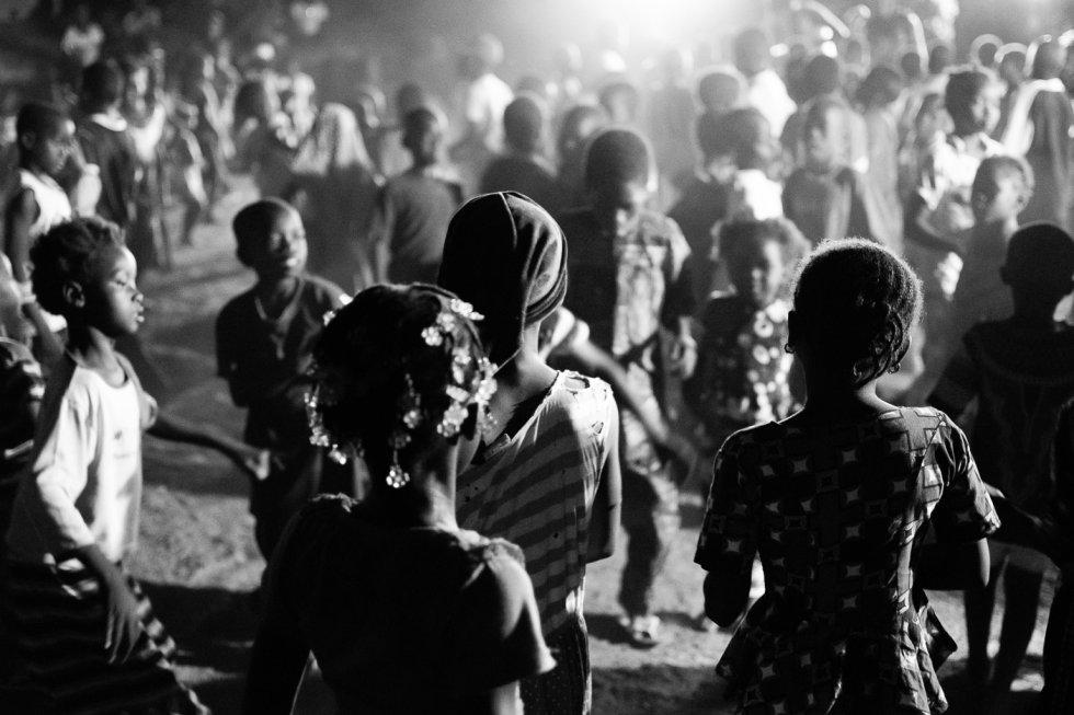 La primera representación tuvo lugar en el poblado de Flabougoula. Una vez realizado el montaje de luces, sonido y escenario, comienza a sonar la música. En escasos minutos el espacio se llena de niñas y niños que comienzan a bailar al ritmo. En estas zonas aisladas, la presencia de una compañía de teatro y un grupo de actrices y actores genera mucha expectación; es una oportunidad de hacer algo diferente.