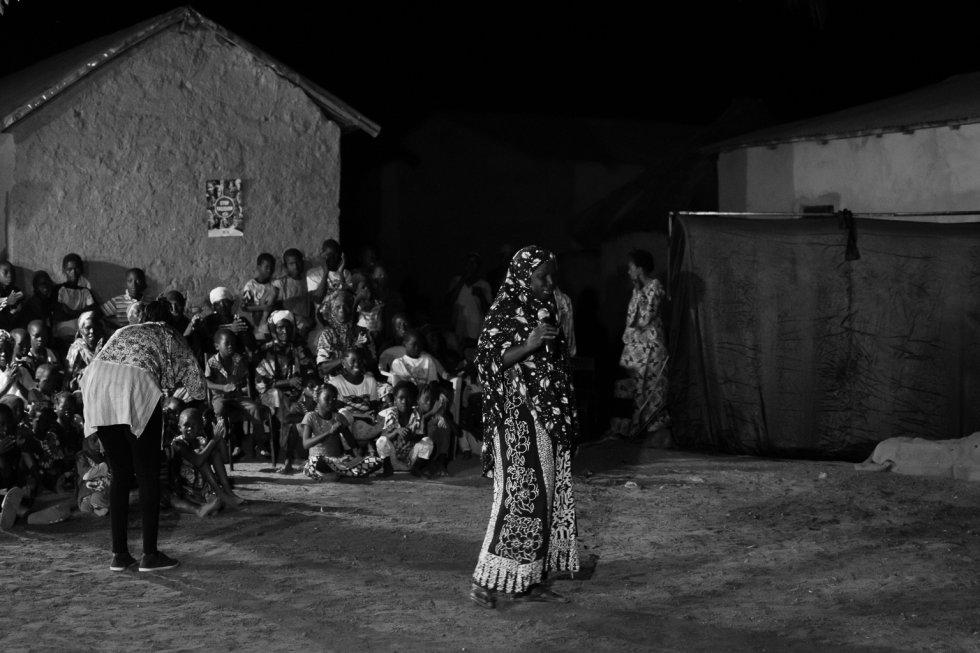Siata Diallo es la presidenta de la cooperativa de mujeres agricultoras de Flabougoula. Una vez terminada la función, Siata, que tiene gran capacidad de influencia en su comunidad, anima al público a salir y expresar su opinión.