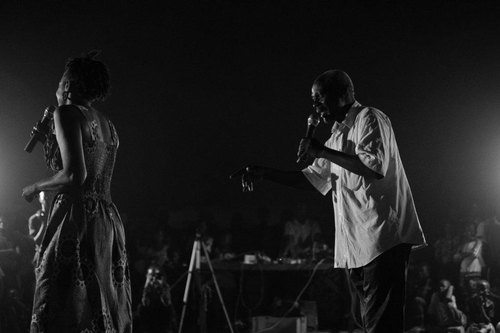 Es importante que los hombres vean la obra y participen en el diálogo que se genera al final con una postura a favor de terminar con la práctica de la ablación hacia las mujeres. Es crucial su papel, ya que en la sociedad maliense los hombres toman las decisiones más importantes en el ámbito familiar y comunitario. En la imagen, Mama Koné junto con el presidente de la asociación cultural de Kabala Est, que ayudó a que la representación se pudiera hacer allí, conversan tras la representación.